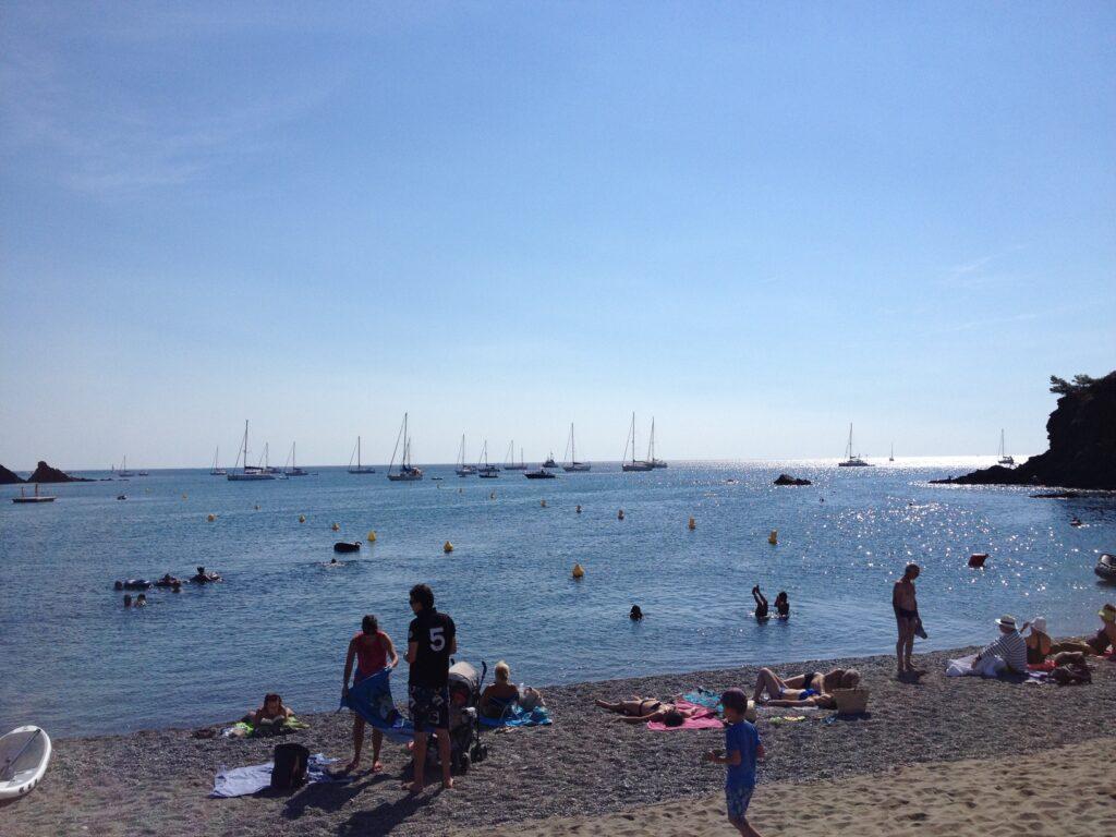 sommerdag og stranddag ved vandet
